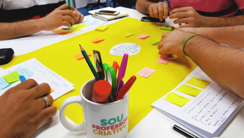Professores cursistas praticando durante formação sobre Design Thinking. Foto: Karla Vidal